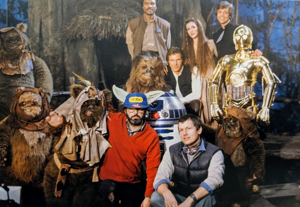 George Lucas, posando con el director Richard Marquand y el elenco de Star Wars: Episode VI – Return of the Jedi (1983). Imagen: StarWarsMagic Reddit