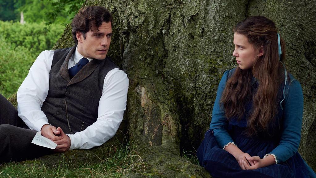 Sherlock Holmes (Henry Cavill) y Enola Holmes (Millie Bobby Brown) en Enola Holmes (2020). Imagen: Legendary Pictures/Netflix