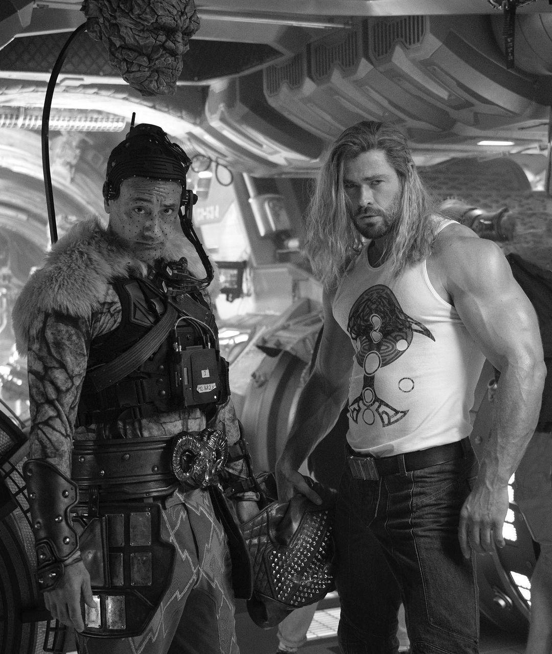 El co-guionista/director Taika Waititi como Korg y Chris Hemsworth como Thor en el set de Thor: Love and Thunder (2022). Imagen: Chris Hemsworth Instagram (@chrishemsworth).