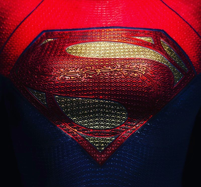 El símbolo de Supergirl (Sasha Calle) en The Flash (2022). Imagen: Andy Muschietti Instagram (@andy_muschietti).