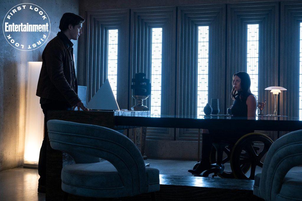 Dick Grayson/Nightwing (Brenton Thwaites) y Barbara Gordon (Savannah Welch) en la temporada 3 de Titans. Imagen: HBO Max/Entertainment Weekly