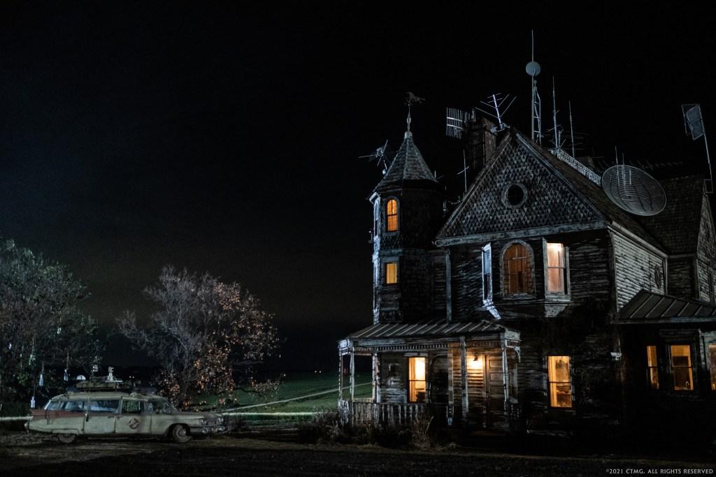 El ECTO-1 y una granja de Summerville, Oklahoma, en Ghostbusters: Afterlife (2021). Imagen: Ghostbusters Twitter (@Ghostbusters).