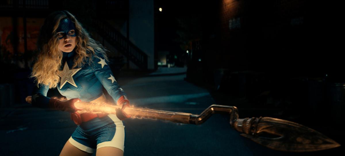 Courtney Whitmore/Stargirl (Brec Bassinger) y el Bastón Cósmico en el episodio 201 de Stargirl. Imagen: The CW