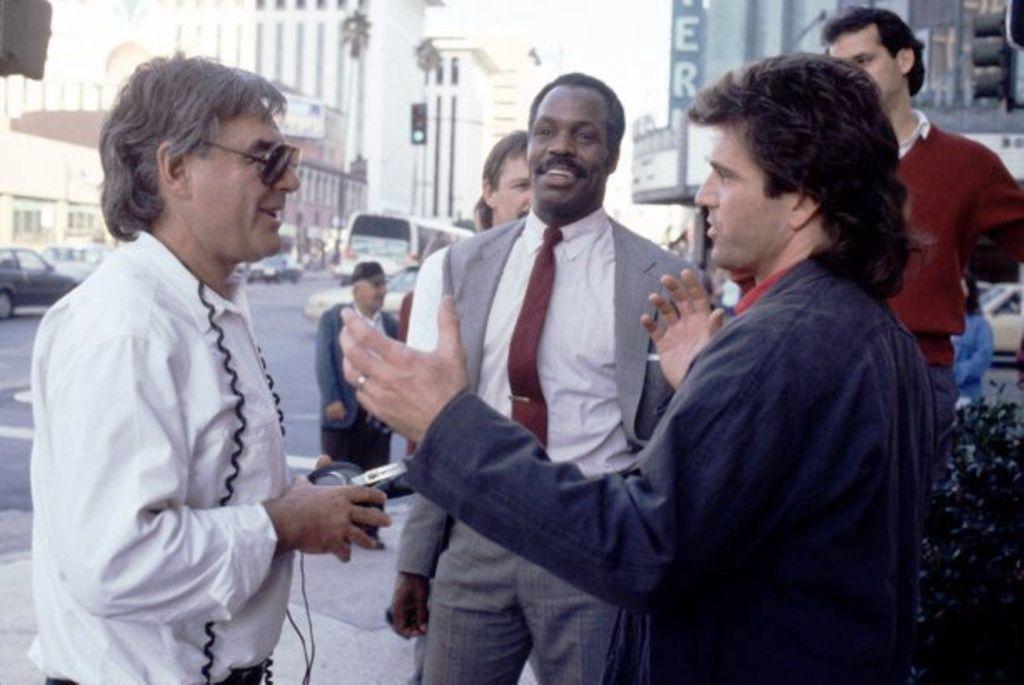 El director Richard Donner (1930-2021), Danny Glover como el Sargento Roger Murtaugh y Mel Gibson como el Sargento Martin Riggs en el set de Lethal Weapon 2 (1989). Imagen: pinterest.com