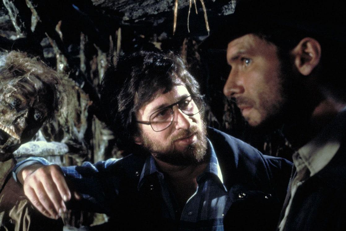 """El director Steven Spielberg y Harrison Ford como el Dr. Henry Walton """"Indiana"""" Jones Jr. en el set de Indiana Jones and the Raiders of the Lost Ark (1981). Imagen: listal.com"""