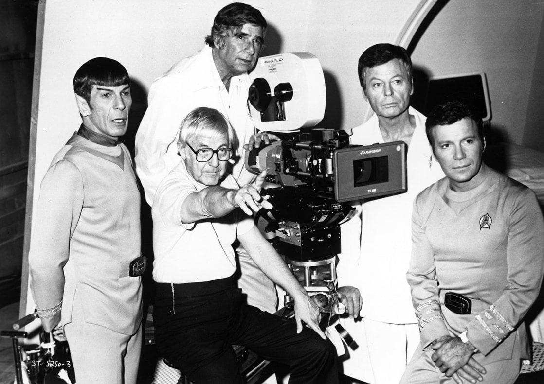Leonard Nimoy (1931-2015) como Mr. Spock, el director Robert Wise (1914-2005), el productor Gene Roddenberry (1921-1991), DeForest Kelley (1920-1999) como el Dr. Leonard McCoy y William Shatner como el Almirante James T. Kirk en el set de Star Trek: The Motion Picture (1979), la primera entrega cinematográfica de la franquicia Star Trek. Imagen: listal.com