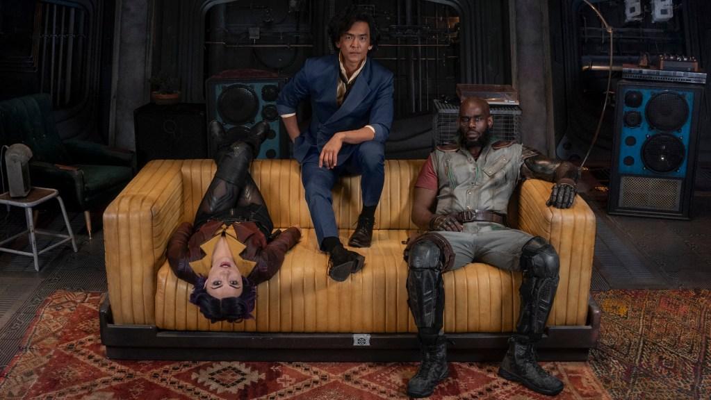 Faye Valentine (Daniella Pineda), Spike Spiegel (John Cho) y Jet Black (Mustafa Shakir) en Cowboy Bebop. Imagen: Cowboy Bebop Twitter (@bebopnetflix).