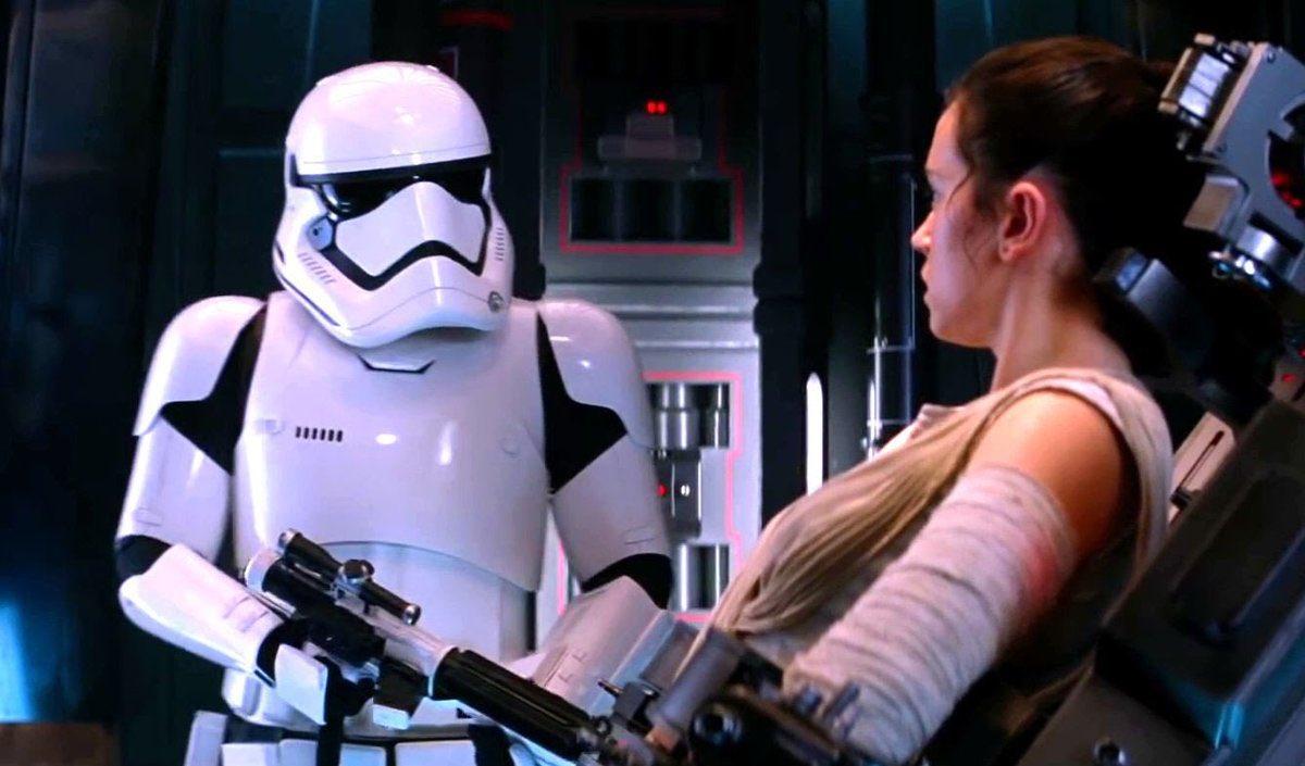 El Stormtrooper FN-1824 (Daniel Craig) y Rey (Daisy Ridley) en Star Wars: The Force Awakens (2015). Imagen: Star Wars Holocron Twitter (@sw_holocron).