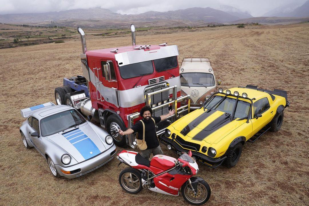 El director Steven Caple Jr. y los Autobots en el set de Transformers: Rise of the Beasts (2022). Imagen: Steven Caple Jr. Instagram (@stevencaplejr).