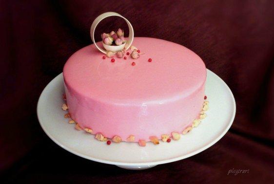 Tort de migdale cu insertie de trandafiri, zmeura si piper roz