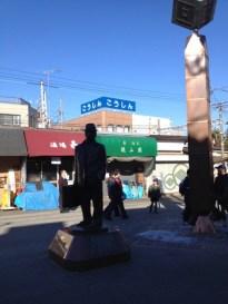 柴又駅前の寅さん像。逆光になってしまった。