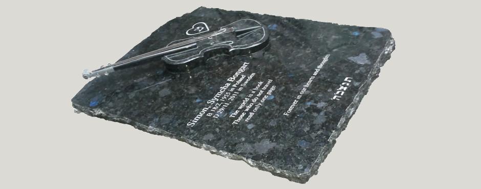 kamienna tablica napisowa z granitowymi skrzypcami