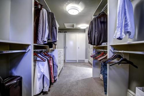 Walk-in-closet-20-October-Gold-Gate-Elbow-Valley-For-Sale-Realtor-Plintz-Luxury-Real-Estate-Calgary-Sothebys