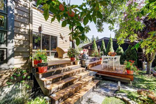 Back-deck-steps-1219-Beverley-Boulevard-SW-Belaire-Calgary-Realtor-plintz-real-estate-luxury-home-for-sale-house-
