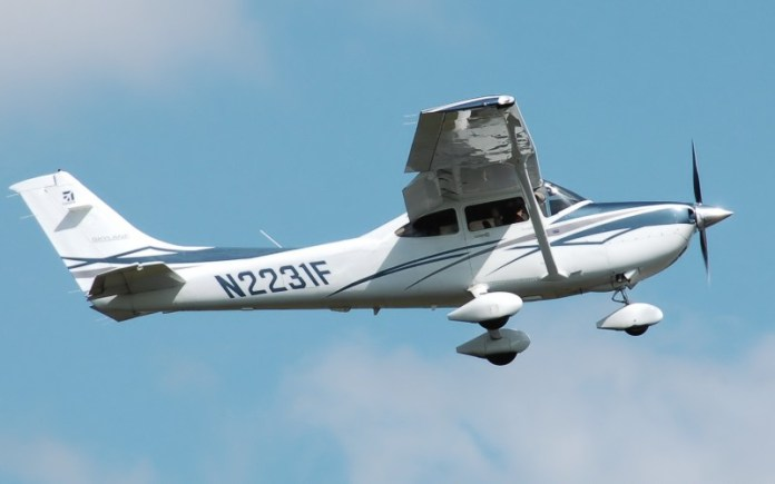Cessna182t_skylane_n2231f_cotswoldairshow_2010_arp