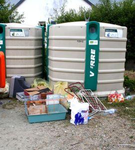 Pas de déchets posés au pied des containers de collecte !