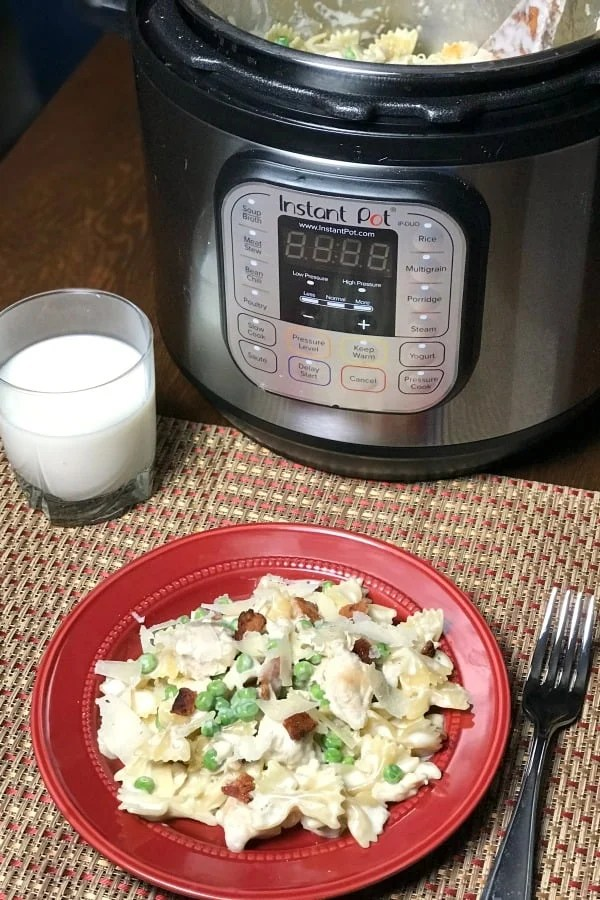 I crave the chicken carbonara at Olive Garden and I wanted to create an easier recipe that could be made at home to save money. This one pot Instant Pot Chicken and Bacon Carbonara tastes great and is an easy dinner recipe! #instantpotchicken #easyrecipe