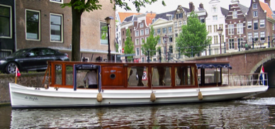Liefde electric canal boat for rent in Amsterdam