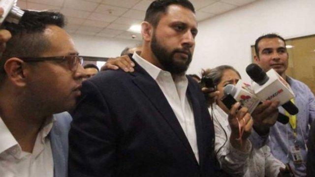 Aquí Tarín García tirando rostro en el juzgado.