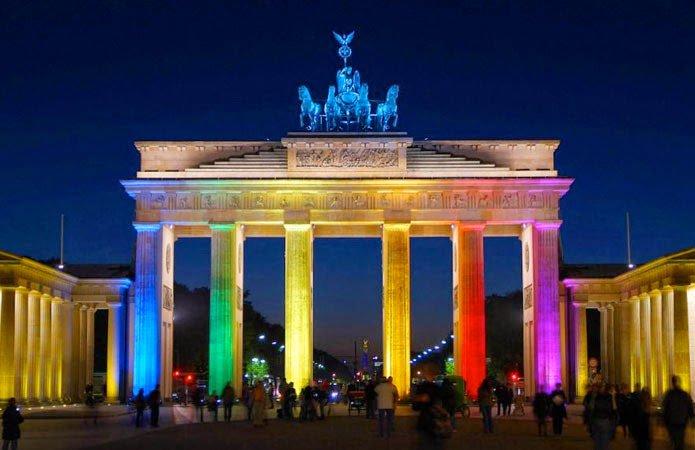 Brandemburgo iluminada para celebrar aprobación de matrimonio igualitario