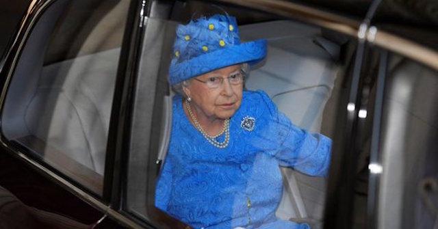 Reina de inglaterra sin cinturón de seguridad.