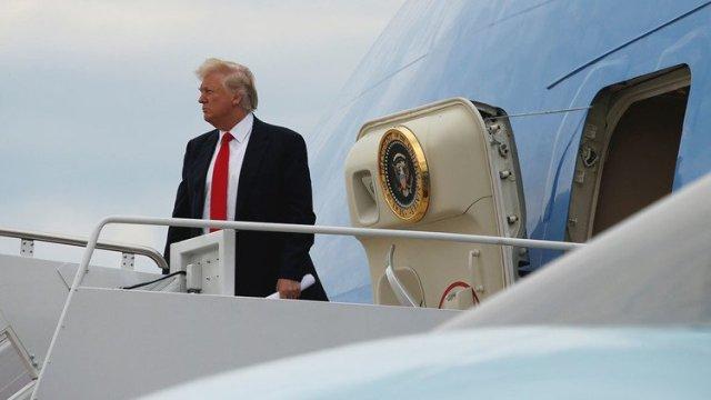 Trump se pierde enfrente de su limusina en un aeropuerto de Estados Unidos.
