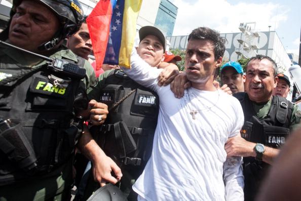 Momento en el que Leopoldo López se entrega a la GNB