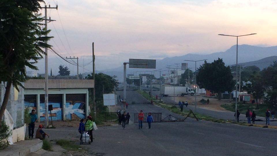 Barricadas en Zaachila tras el enfrentamiento de ayer entre FP 14 de junio y colonos