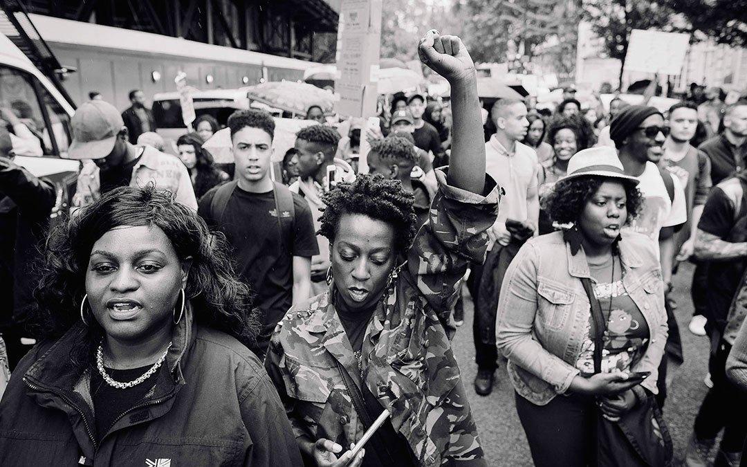 Activistas de #BlackLivesMatter en protesta el 4 de julio