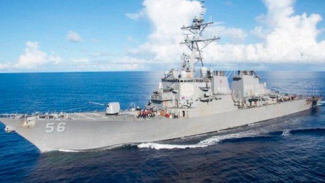 Barco de la marina estadunidense choca con petrolero liberio en Singapur