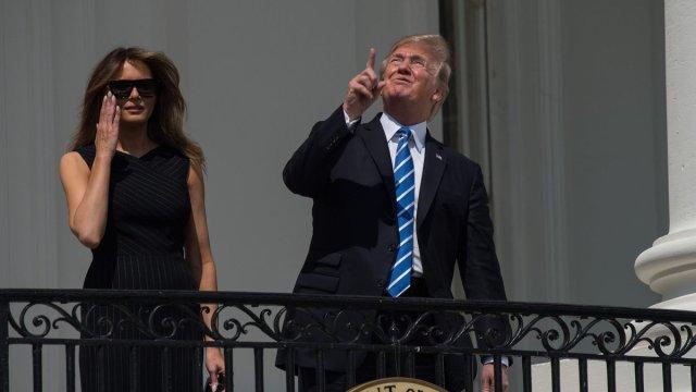 ¿De verdad Trump vio al sol durante el eclipse sin protección?