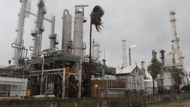 Harvey cierra refinerías Texas aumenta precios combustibles