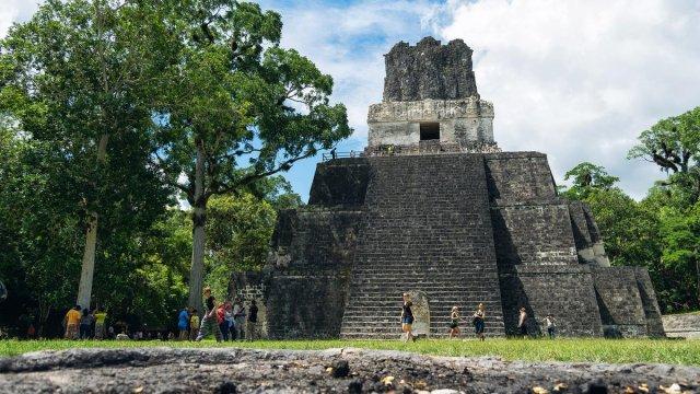 tikal rey jade mascara tumba real guatemala