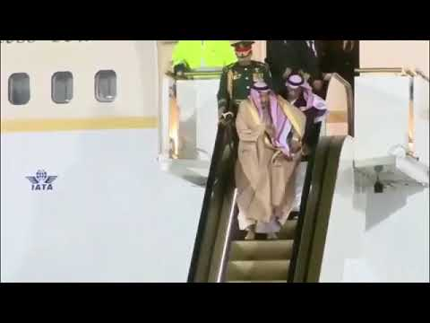 se le traba escalera a rey saudí