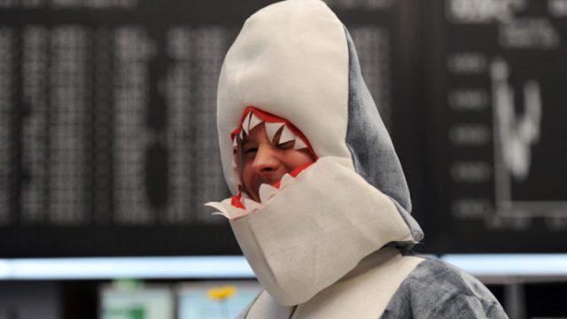 hombre disfraz tiburón multa austria antiburka