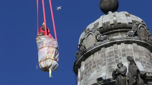 Remueven estatuas dañadas por sismo de Catedral metropolitana