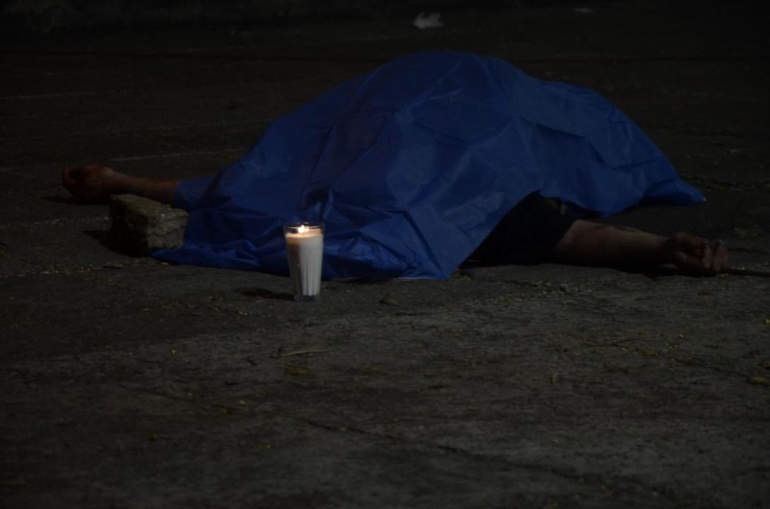 Un inidividuo se fue de fiesta y lo mataron sus acompañantes