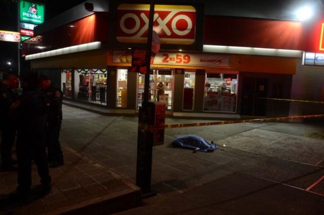 El homicidio ocurrió afuera de un Oxxo