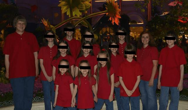 Pareja tenía en cautiverio a sus 13 hijos, algunos encadenados