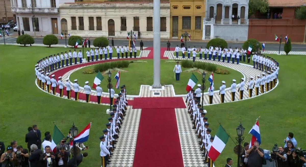 Reciben a presidente mexicano con banderas de Italia en Paraguay