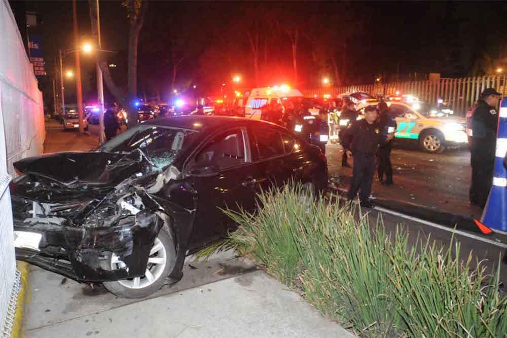 ¡Borrachazo! Embiste patrulla en alcoholímetro y lesiona a 2 polis