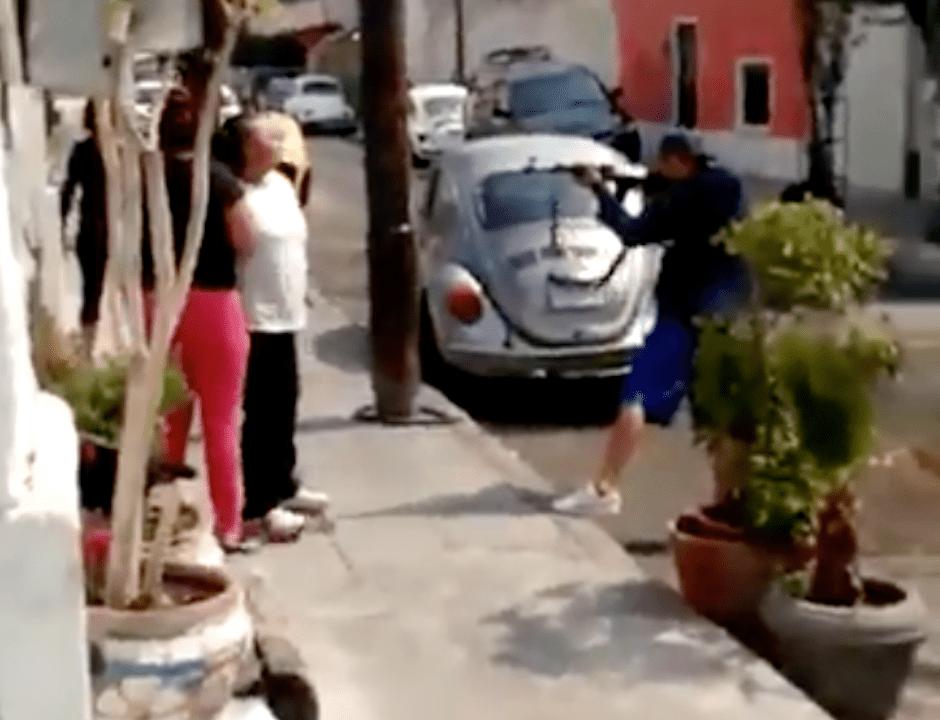 Sujeto amenaza a mujeres a plena luz del día con un cuerno de chivo