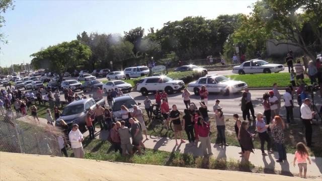 Familiares de víctimas de masacre en Florida esperando noticias