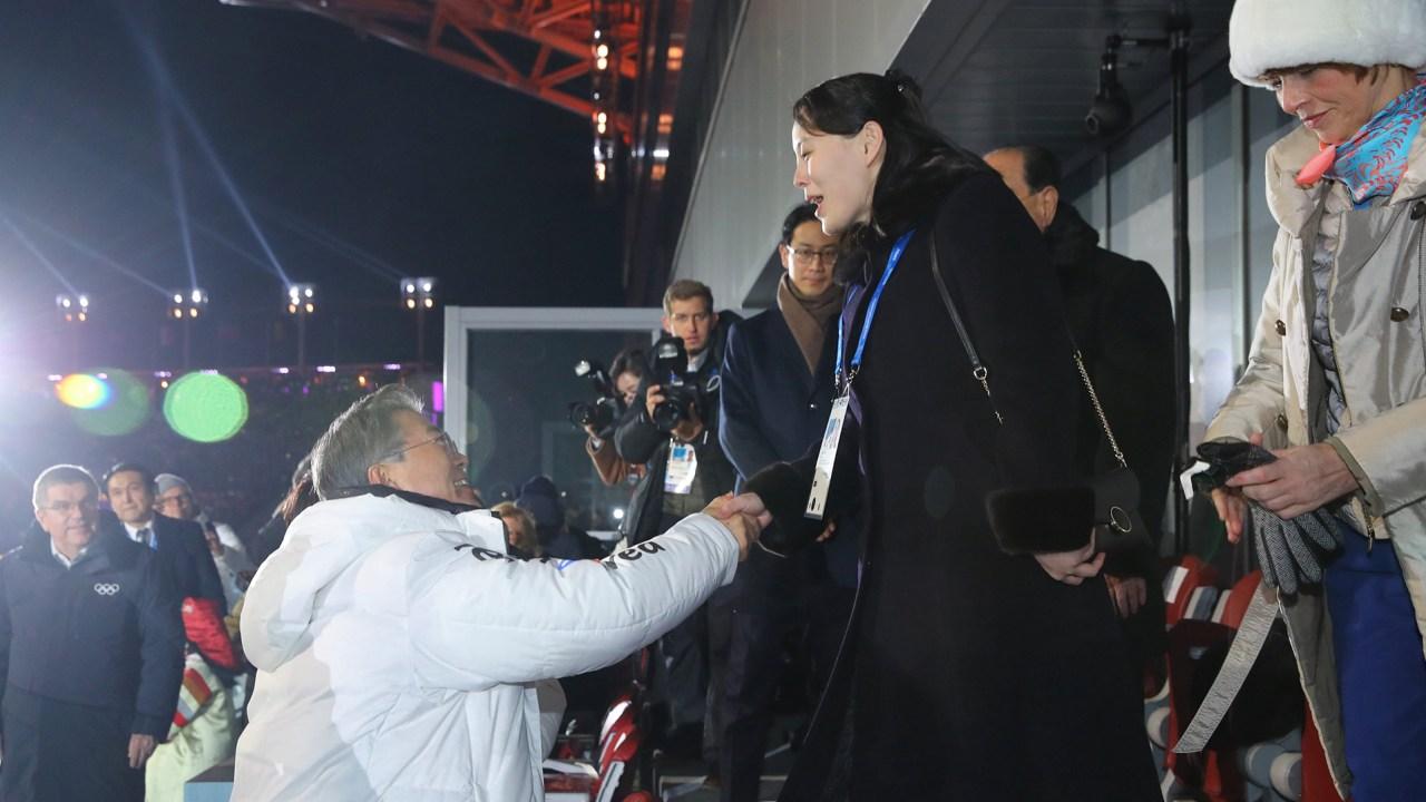 Hermana de Kim Jung Un y presidente surcoreano se saludan