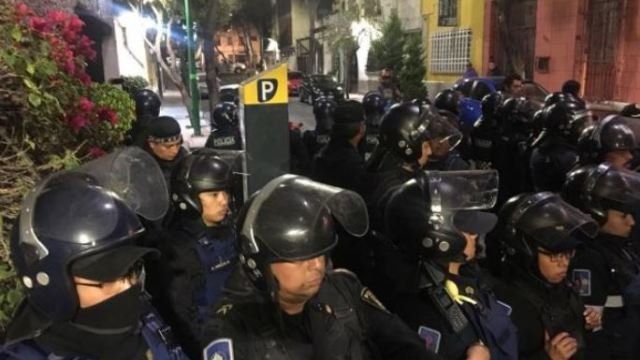 ante protestas de vecinos, policías protegen parquímetros en Tabacalera