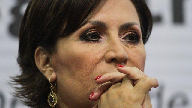 Afuera de la PGR, le recuerdan a Rosario Robles denuncias por desvíos
