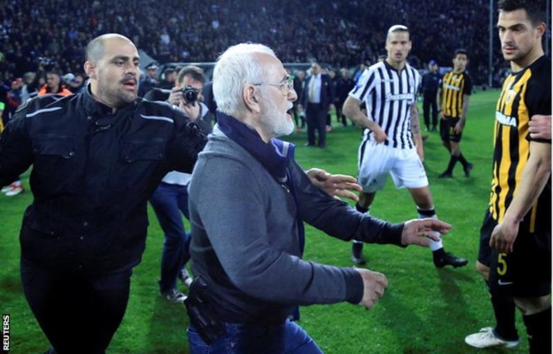 Liga de futbol griega suspendida tras amenazas con arma a árbitro