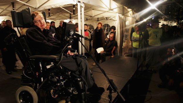 Stephen Hawking en una protesta contra la guerra de Irak