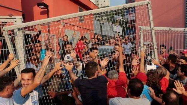 Simpatizantes de Lula impiden que se entregue