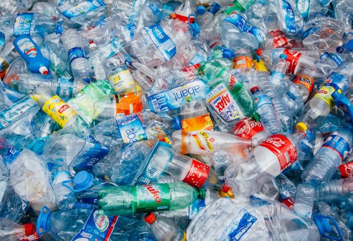 Crean una enzima que come plástico pet